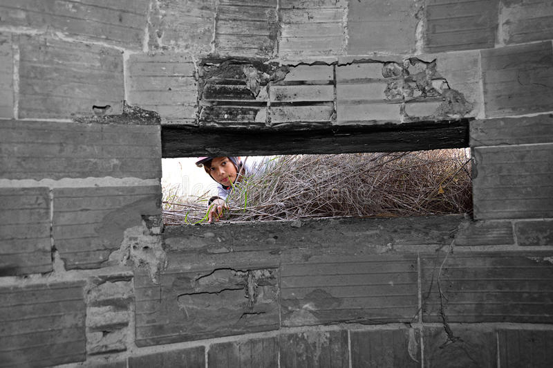 En pojke som ser in i en bunker för världskrig två arkivfoto