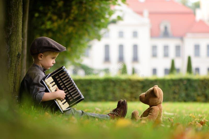 En pojke som spelar dragspelet royaltyfria bilder