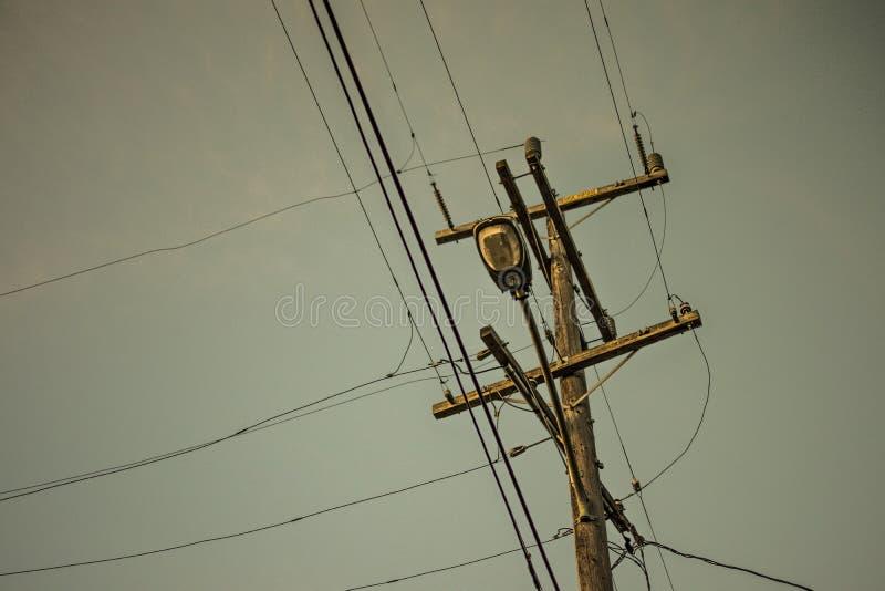En pol för gataelektricitetsledningsnät royaltyfri bild
