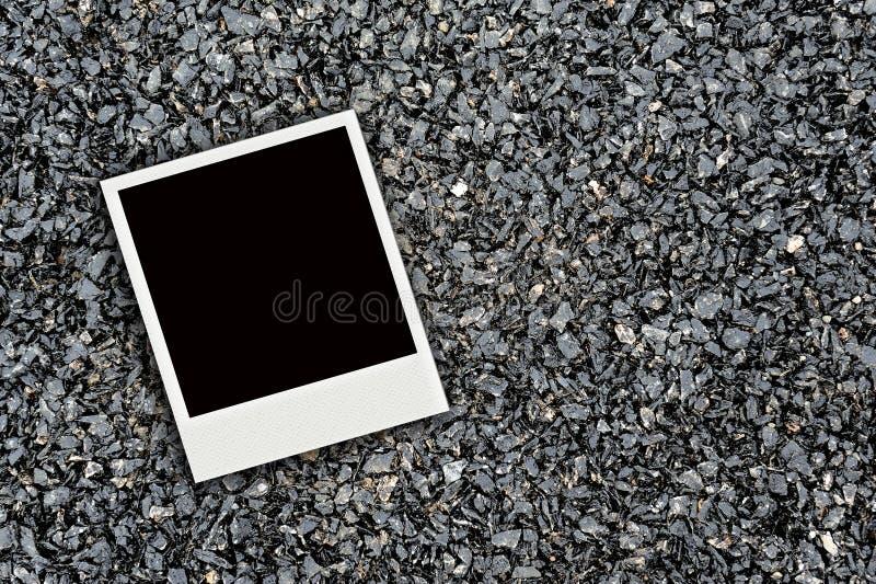 En Polaroid på asfalt texturerar fotografering för bildbyråer