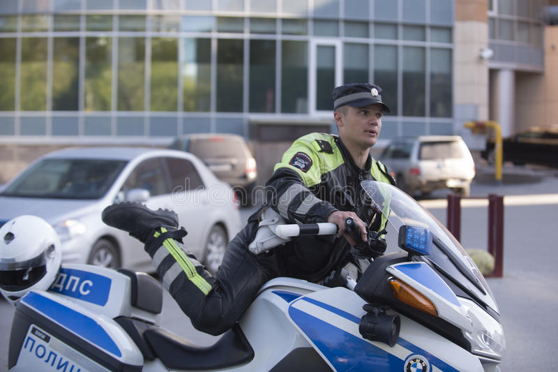 En polis på en motorcykel royaltyfria foton