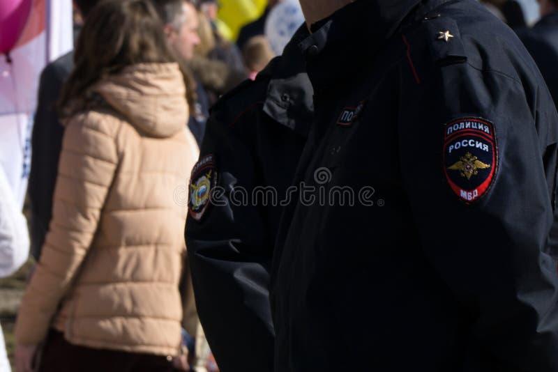 En polis som är tjänstgörande på gatan av centret under en högtidlig händelse av departementet av inrikes affärer av Ryssland royaltyfria foton
