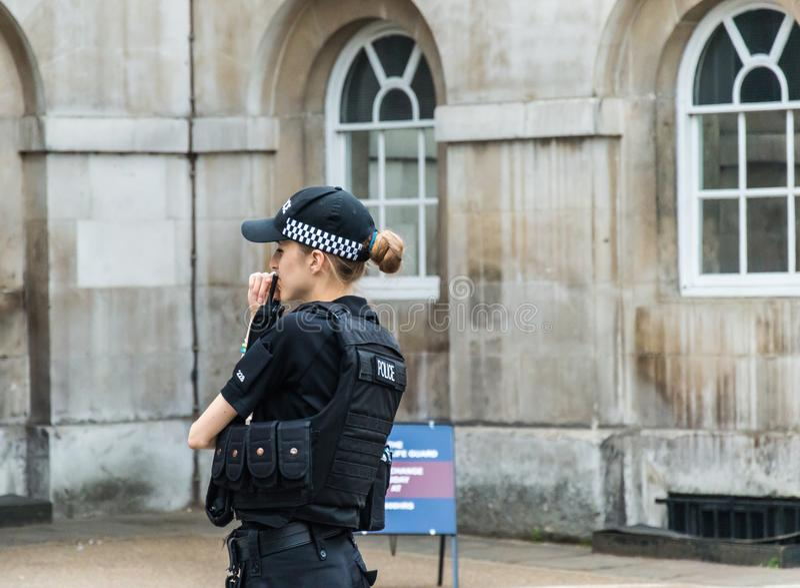 En poliskvinna utanför Buckingham Palace fotografering för bildbyråer