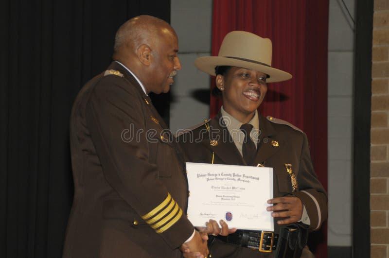 En polismästare ges en utmärkelse för hennes handlingar royaltyfria foton
