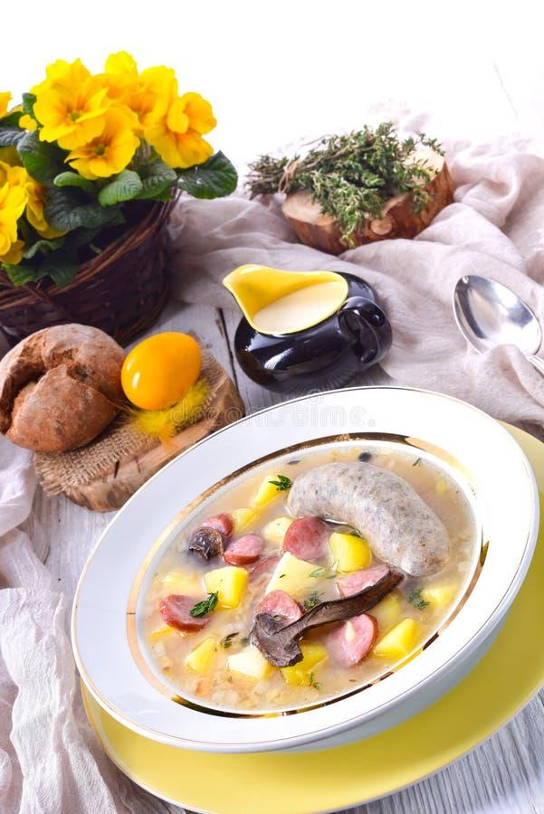 En polsk easter soppa med den hemlagade vita korven och champinjoner royaltyfri bild
