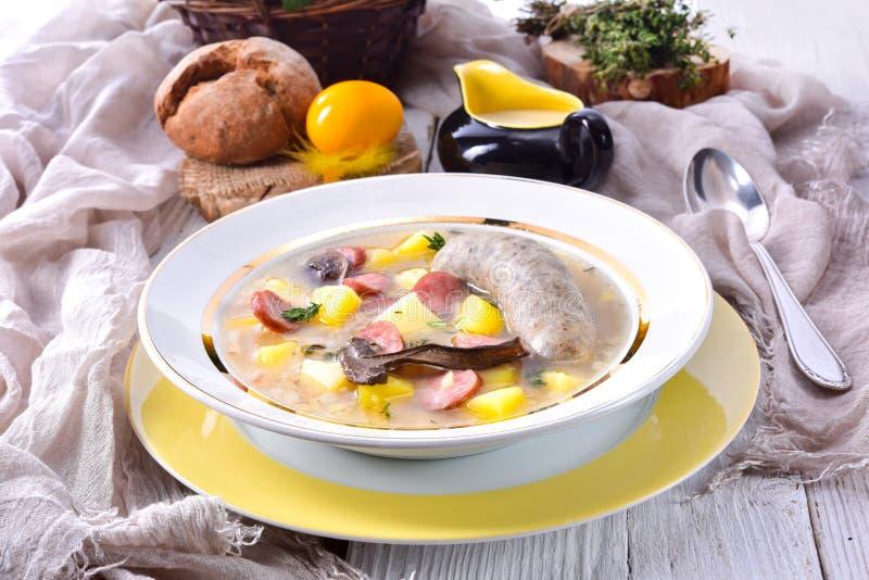 En polsk easter soppa med den hemlagade vita korven och champinjoner royaltyfria bilder