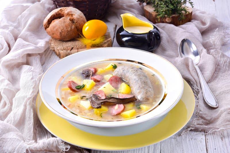 En polsk easter soppa med den hemlagade vita korven och champinjoner arkivfoton