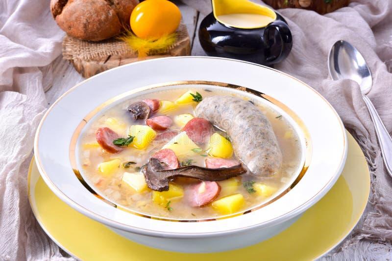 En polsk easter soppa med den hemlagade vita korven och champinjoner royaltyfri foto