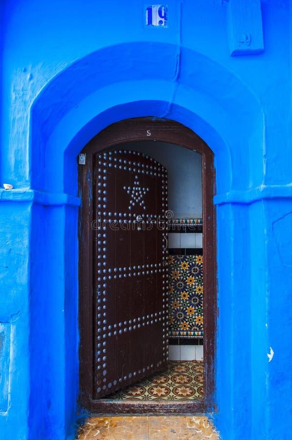 En port av huset i Medina av Chefchaouen, Marocko royaltyfria bilder