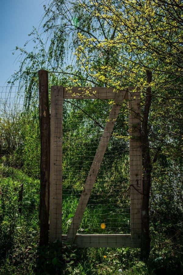 En port till himmel i en landsbygd Grönt gräs och blåa himlar arkivbilder