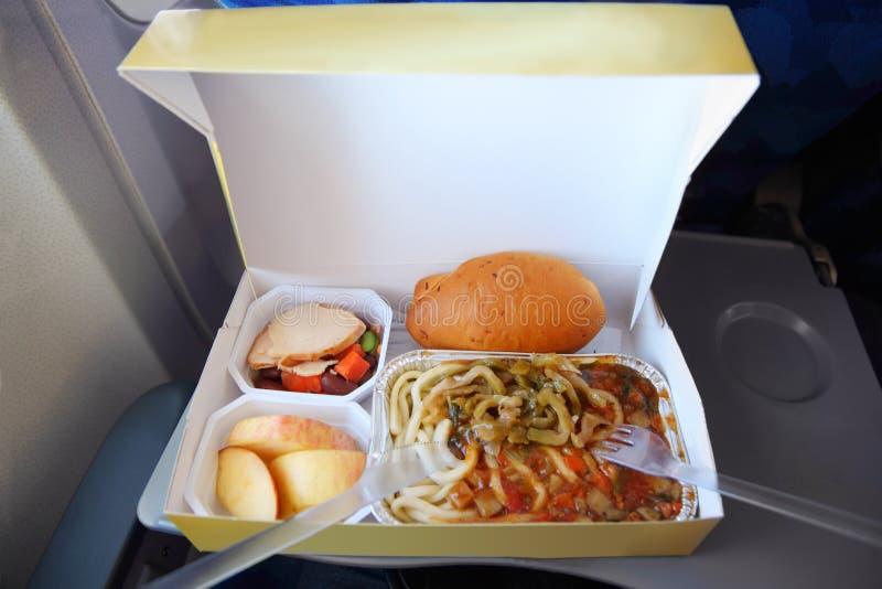 En portion på magasinet av packad mat boxas in arkivfoto