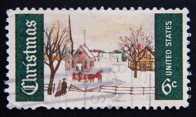 En portostämpel av USA som depciting en snöig julplats, circa 1969 royaltyfria bilder