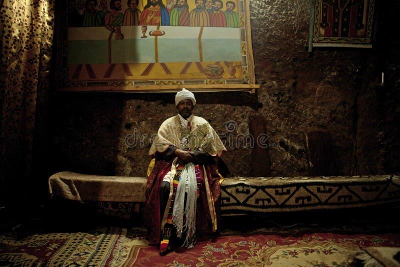 En präst i Lalibela arkivfoton