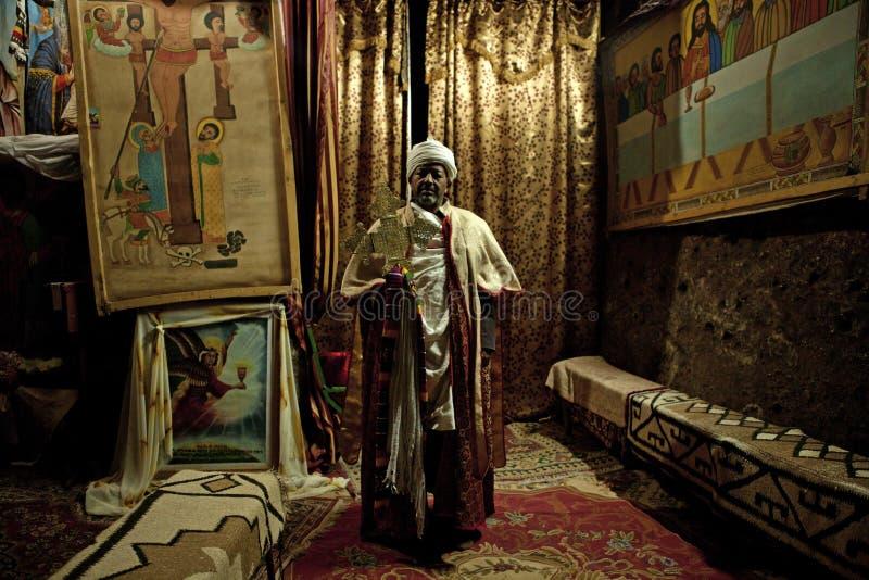 En präst med religiösa målningar, Etiopien arkivbild