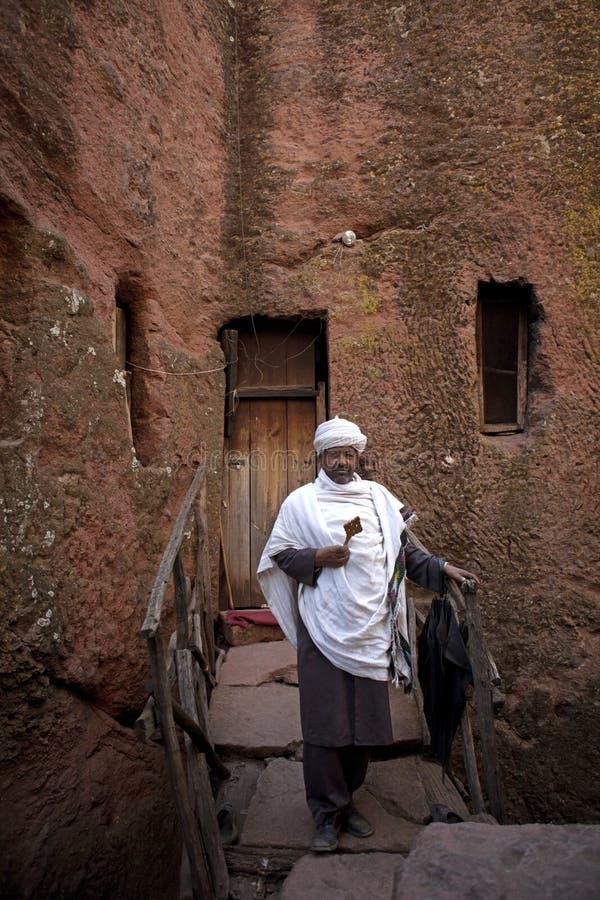En präst som rymmer ett kors, Lalibela royaltyfri fotografi