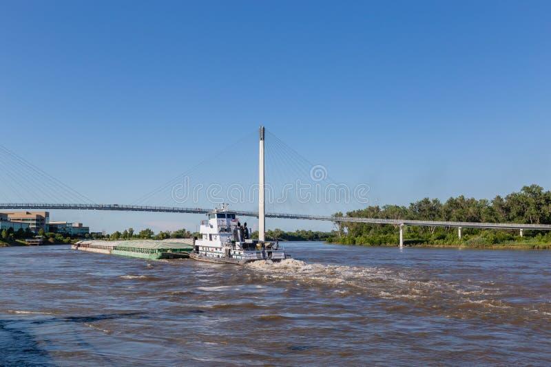 En pråm som norrut flyttar sig på floden Missouri på Omaha royaltyfri fotografi