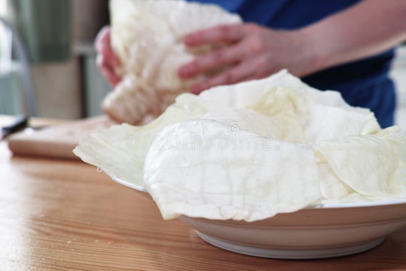 En préparant le chou bourré, polissez la spécialité de cuisine photos stock