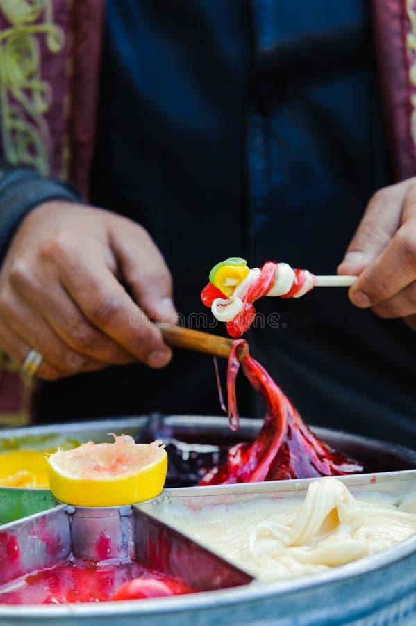 En préparant le tabouret authentique collez le sekeri turc de macun à Istanbul photos libres de droits
