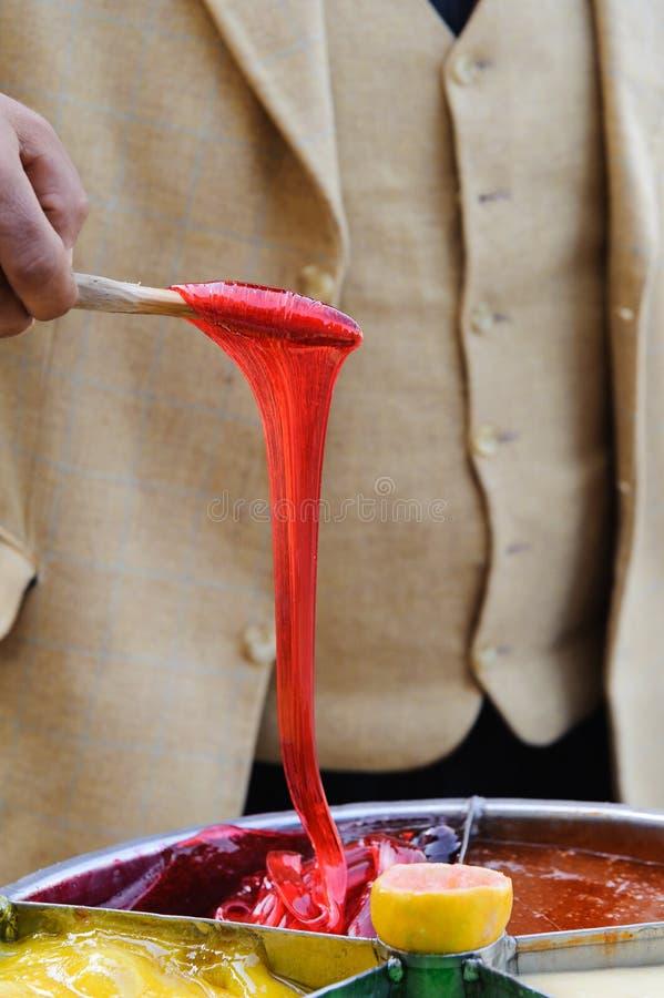 En préparant le tabouret collez le sekeri turc de macun de sucrerie à Edirne image stock