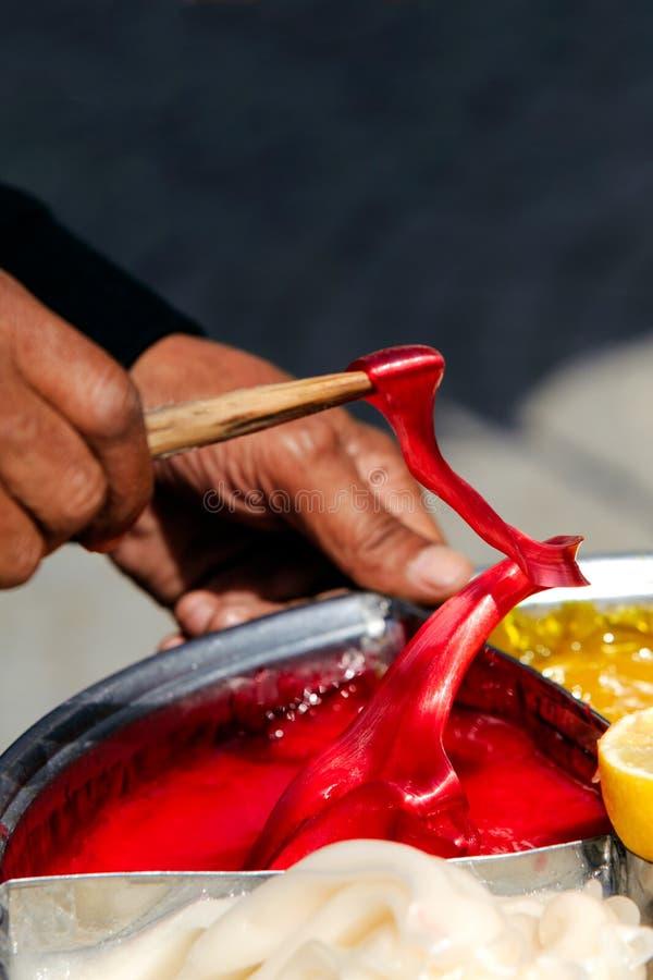 En préparant le tabouret collez le sekeri turc de macun de sucrerie à Edirne images libres de droits