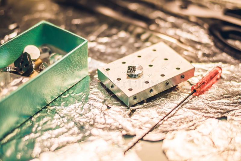 En prövkopia som är förberedd för utredning i ett elektronmikroskop arkivbild