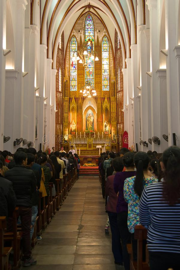 En predikan i den gamla katolska domkyrkan av Saint Joseph hanoi vietnam royaltyfri foto