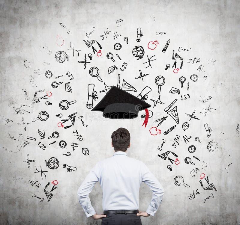 En presumtiv student grubblar över fördelarna av utbildning arkivbilder