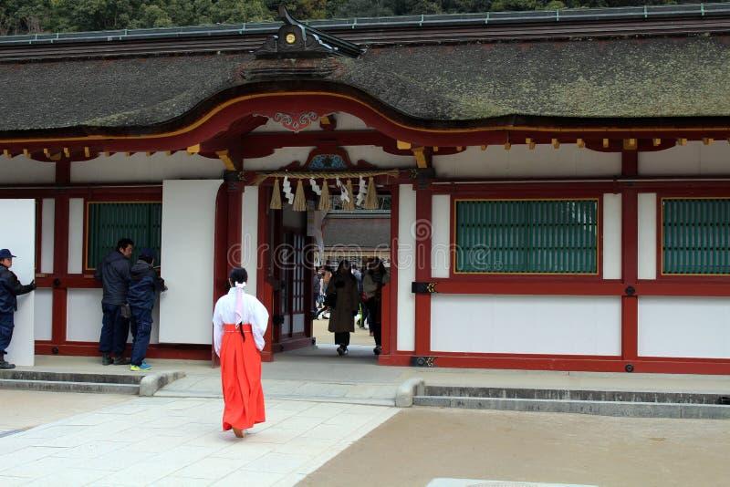 En priestess Miko runt om Dazaifu Tenmangu, Fukuoka, Japan royaltyfria foton