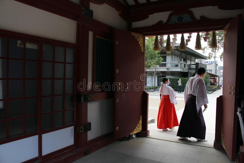 En priestess Miko runt om Dazaifu Tenmangu, Fukuoka, Japan royaltyfri foto