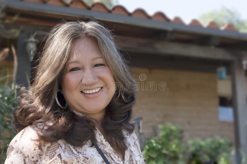 Hög latinamerikansk kvinna royaltyfri foto