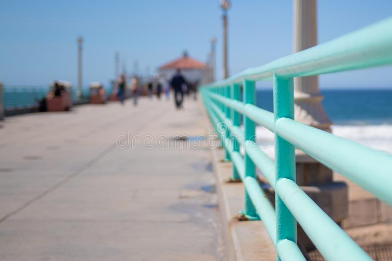 En promenad längs pir i Manhattan Beach, Kalifornien royaltyfri foto