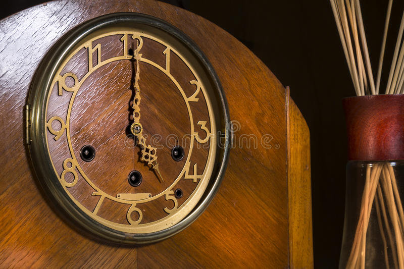 En punto de madera del ` de la esfera de reloj 5 foto de archivo