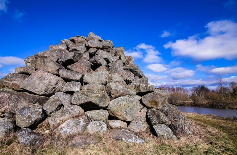 en pyramid som göras av stora gråa stenblock arkivbild