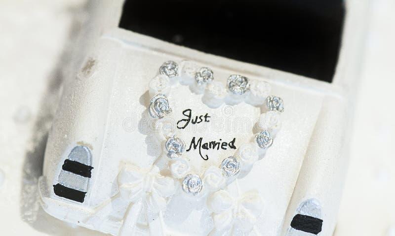 En rättvis gift allsång på en bröllopstårta royaltyfri foto