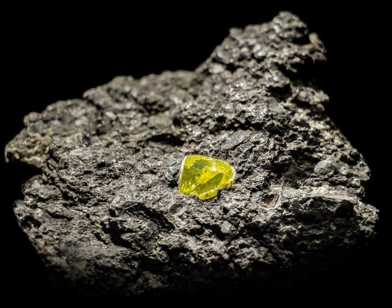 En rå gemstone i sten royaltyfri bild