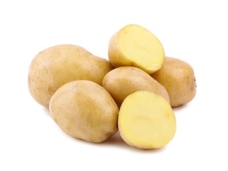 En rå hög och smakliga nya potatisar som isoleras på en vit bakgrund nya sunda grönsaker arkivbild