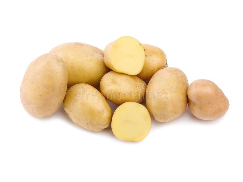 En rå hög och smakliga nya potatisar som isoleras på en vit bakgrund nya sunda grönsaker arkivfoto