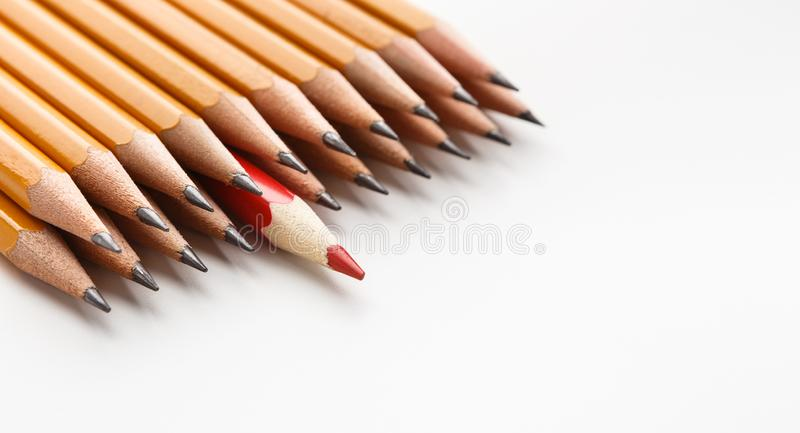 En röd blyertspenna bland gruppen av klassikern en royaltyfri fotografi