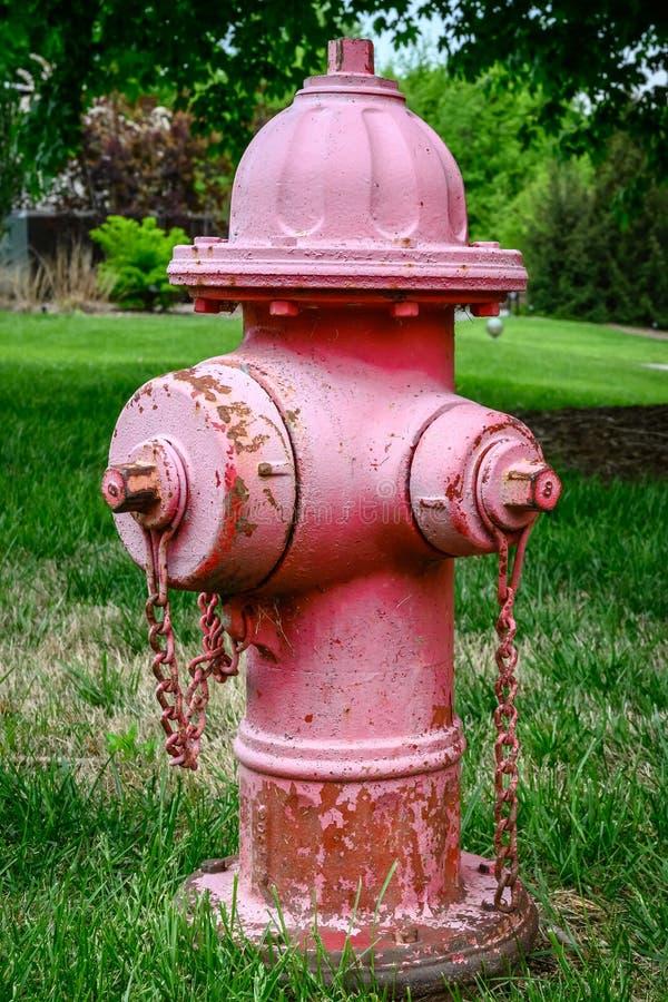 En röd brandpost som bort bleknar royaltyfri bild