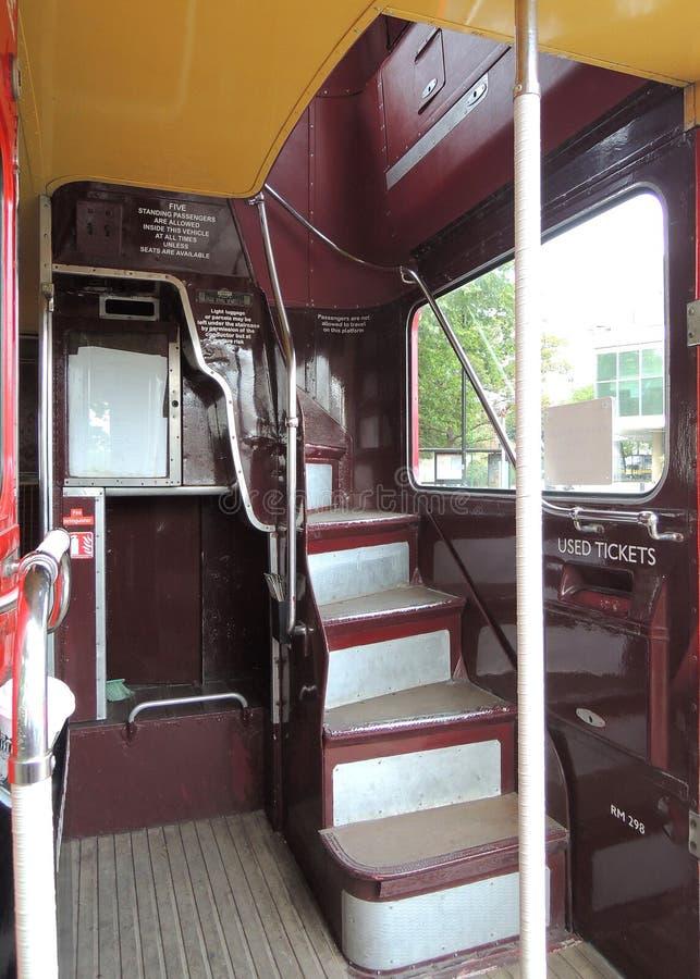 En röd buss i gatorna av den London staden royaltyfria foton