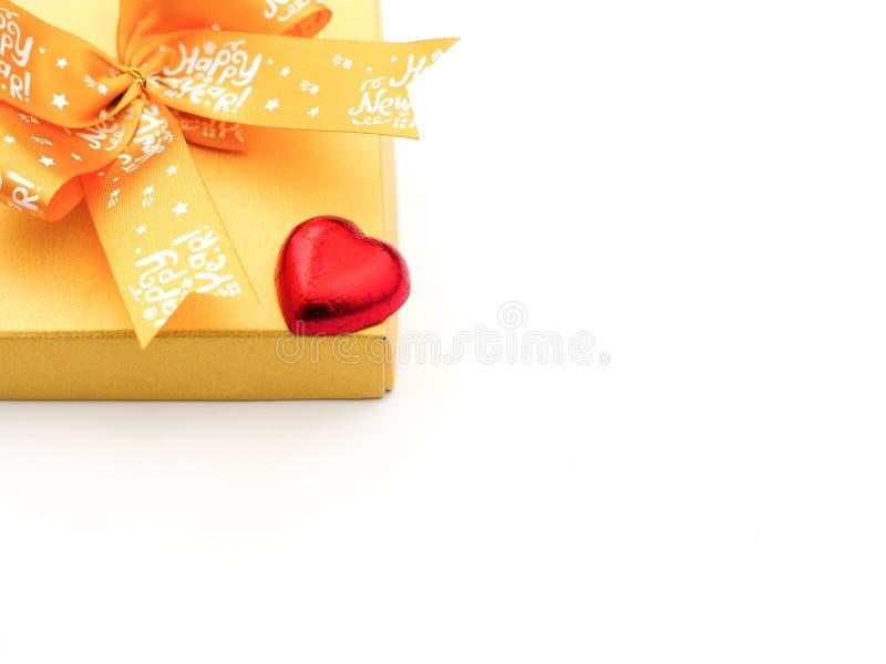 en röd hjärta-formad chokladgodis och en närvarande ask fotografering för bildbyråer