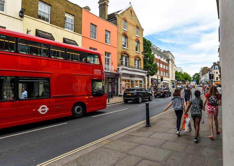 En röd London buss på en gata i Richmond royaltyfria foton