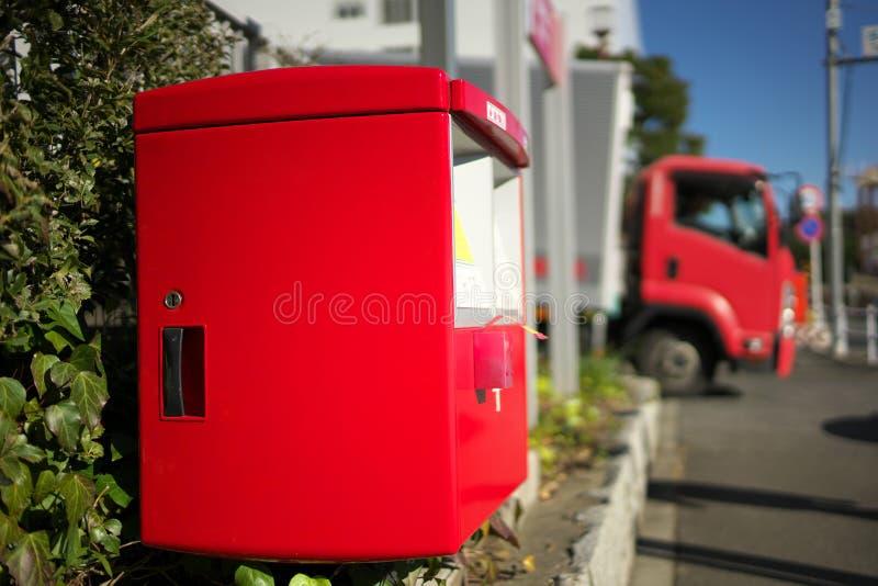 En röd postbox i Japan arkivfoton