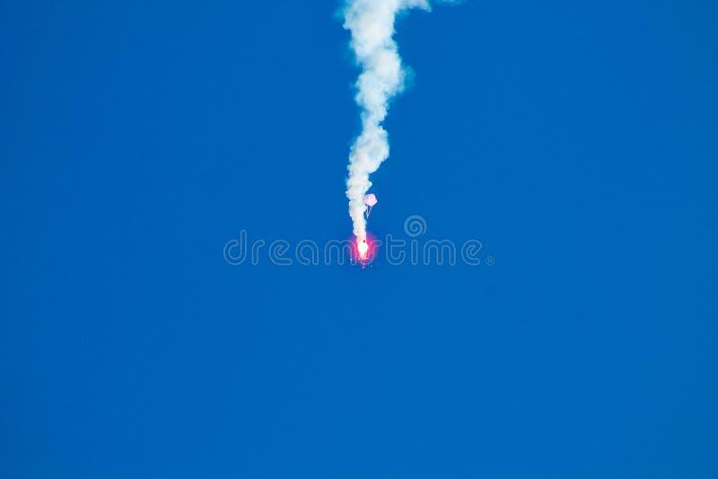 En röd raket och en blå himmel arkivbild