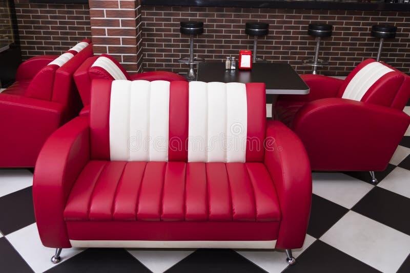 En röd vit soffa fotografering för bildbyråer