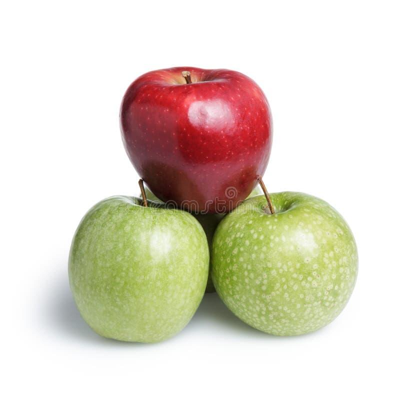 En röda och tre gröna äpplen i piramid fotografering för bildbyråer