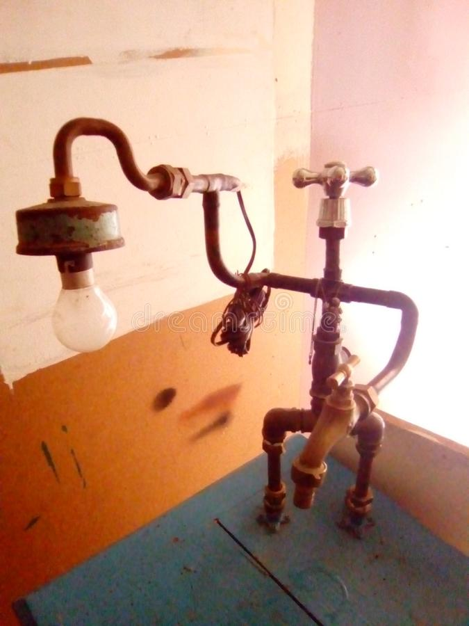 en rörmokeri- och elkraftrobot royaltyfri bild
