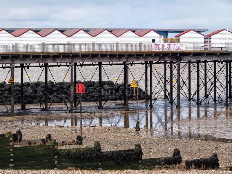 En rad av detaljhandel för strandkojastil på den historiska pir royaltyfria foton