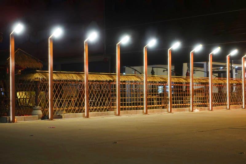 En rad av gataljus på natten royaltyfria foton