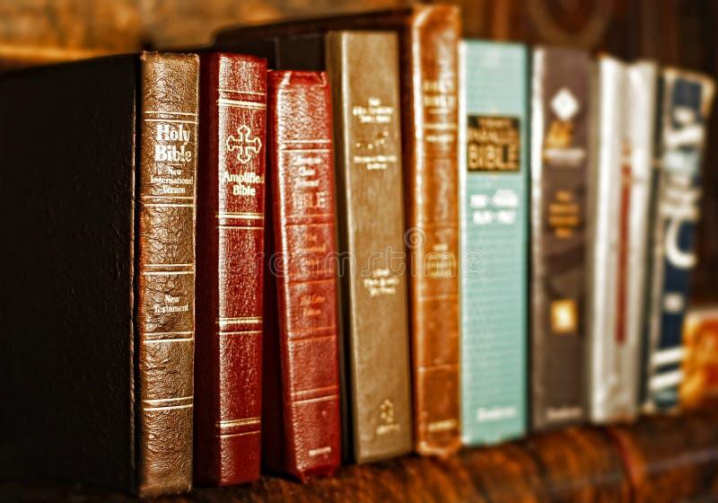En rad av heliga biblar arkivbilder